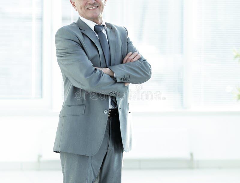 Portrait d'un homme d'affaires m?r r?ussi dans le bureau moderne photographie stock