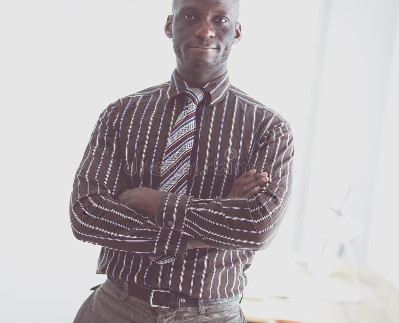 Portrait d'un homme d'affaires noir bel se tenant dans le bureau images stock
