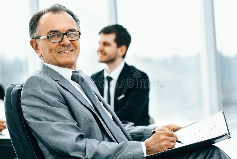 Portrait d'un homme d'affaires réussi dans le bureau sur le backgr photos libres de droits