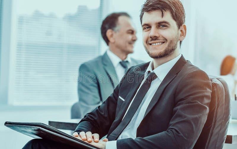Portrait d'un homme d'affaires réussi dans le bureau sur le backgr photos stock