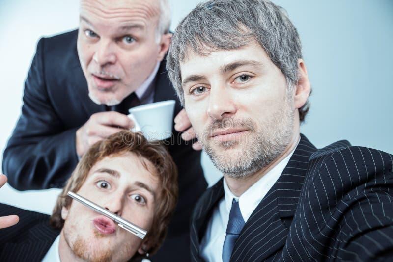 Portrait d'un homme d'affaires sérieux avec des collègues image libre de droits