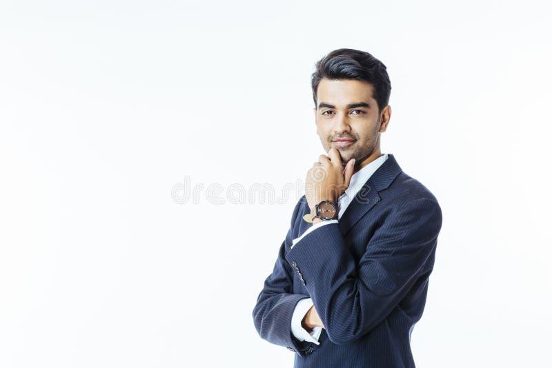 Portrait d'un homme d'affaires sûr dans le costume et du lien regardant l'appareil-photo photographie stock libre de droits