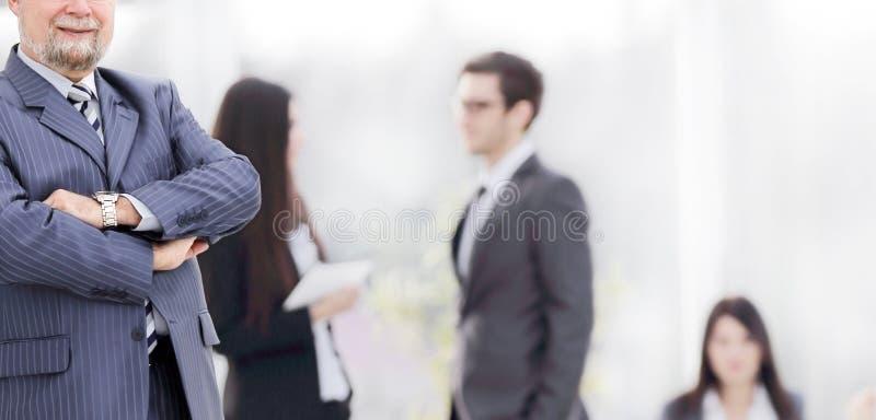 Portrait d'un homme d'affaires sup?rieur sur le bureau brouill? de fond images libres de droits