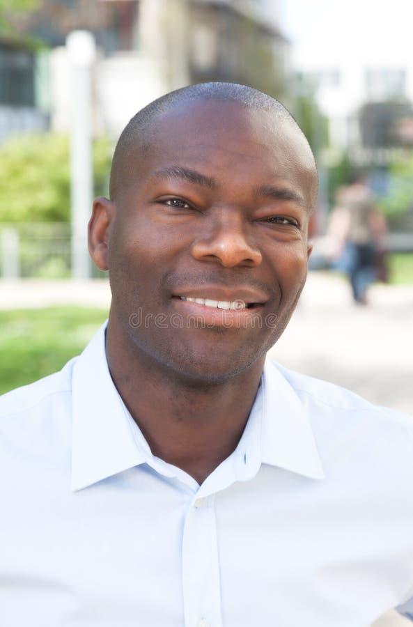 Portrait d'un homme africain dehors photo stock