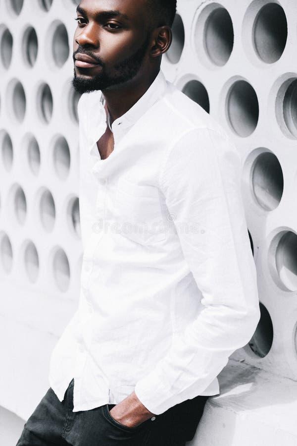 Portrait d'un homme afro-américain occasionnel heureux se tenant avec des mains photographie stock libre de droits