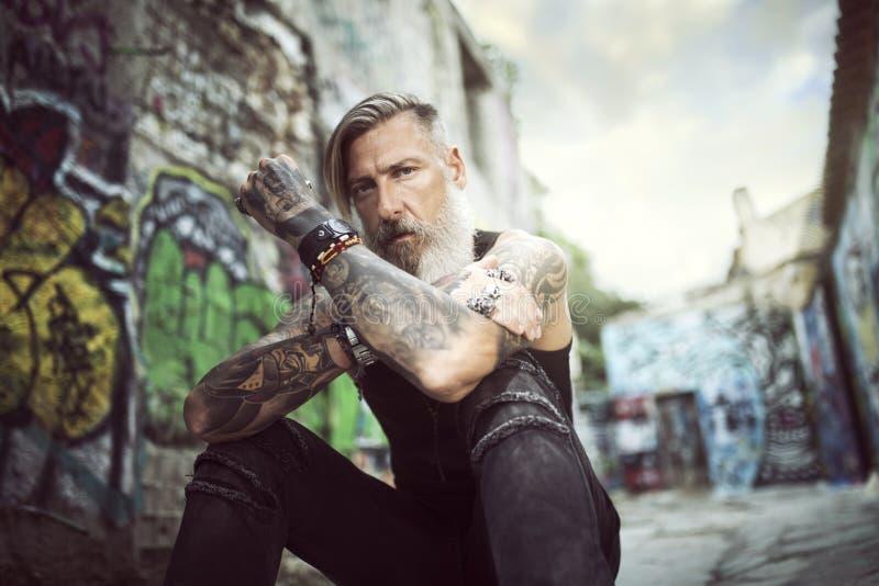 Portrait d'un homme attirant avec une barbe et des tatouages photo stock