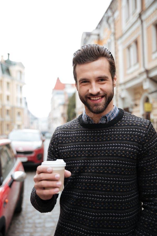 Portrait d'un homme attirant gai photo stock