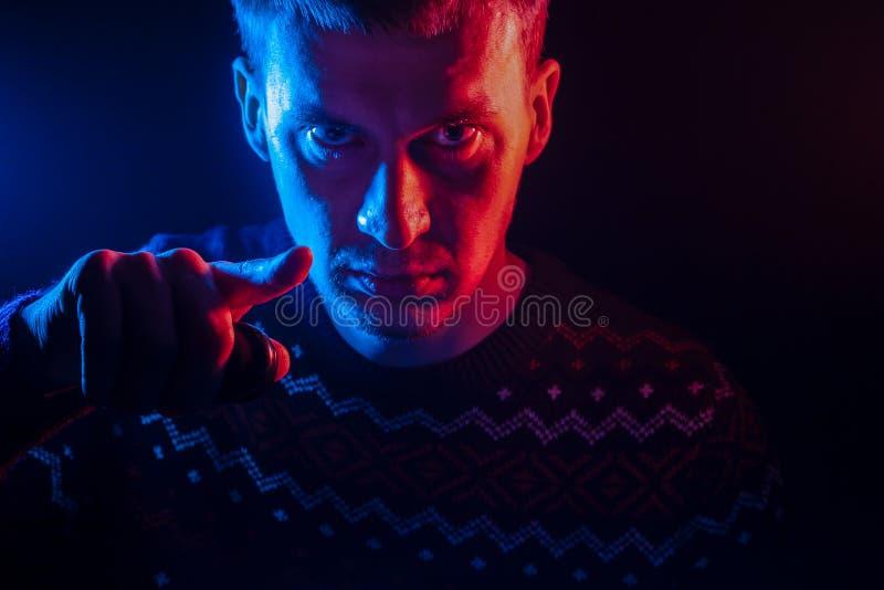 Portrait d'un homme aux cheveux courts avec une ombre sur un visage sérieux d photo stock