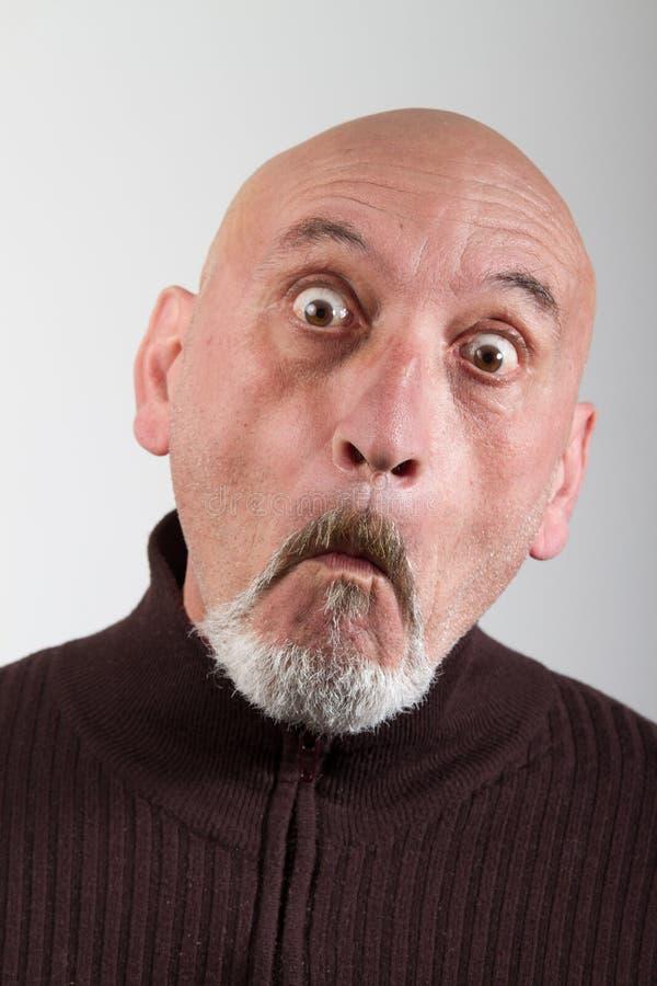 Portrait d'un homme avec expressions du visage drôles images stock