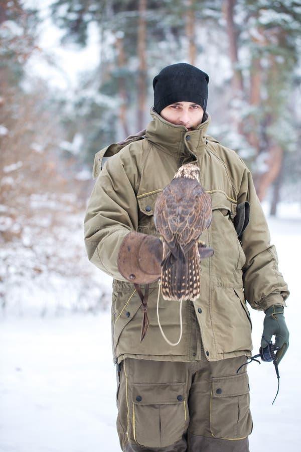 Portrait d'un homme avec un faucon photo stock