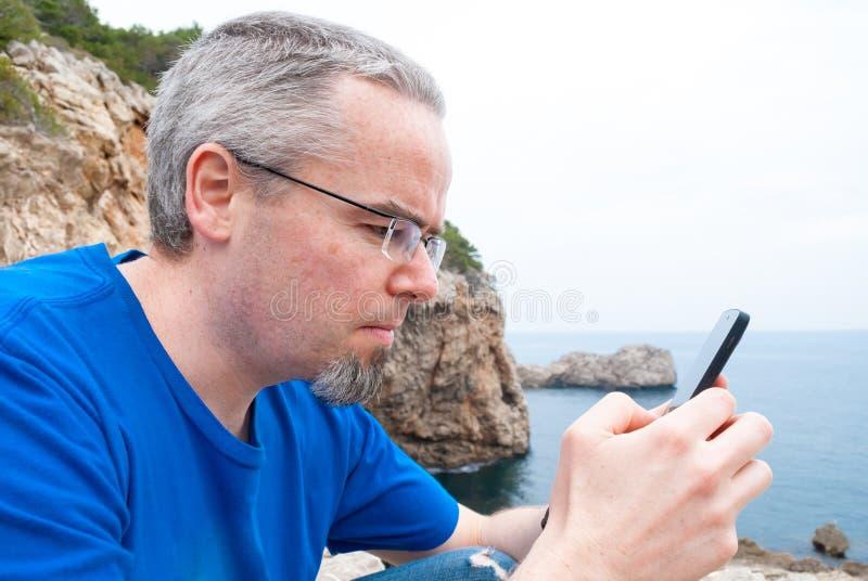 Portrait d'un homme avec un fond naturel de paradis photographie stock libre de droits