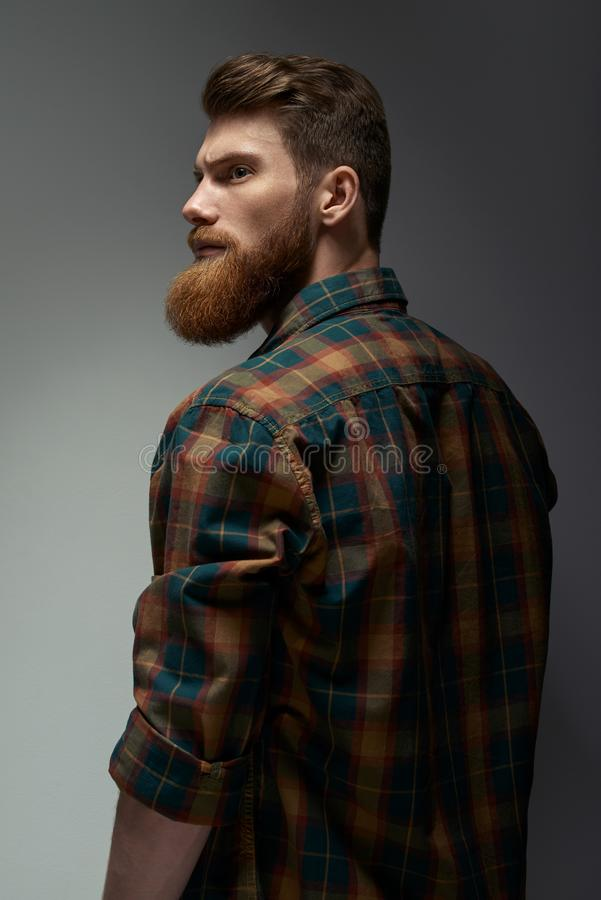Portrait d'un homme avec la barbe et la coiffure moderne photographie stock