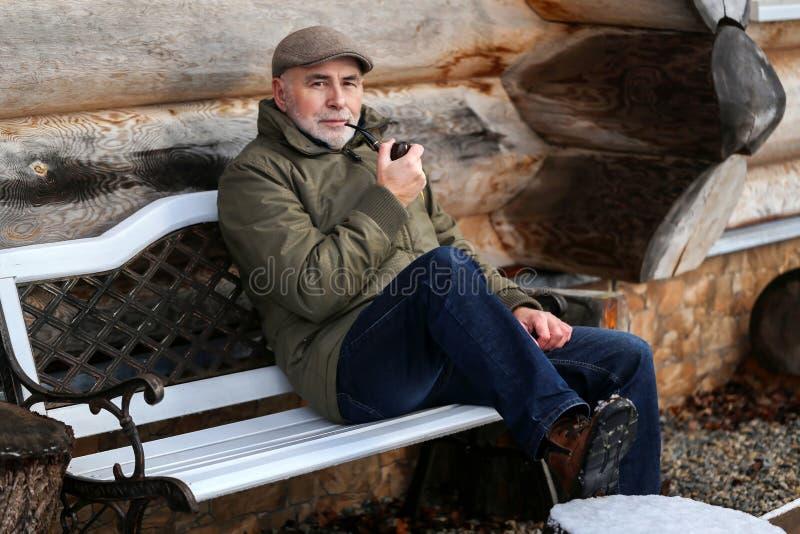 Portrait d'un homme avec un tuyau photo libre de droits