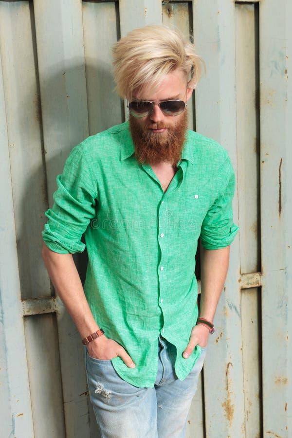 Portrait d'un homme barbu frais regardant vers le bas photo stock