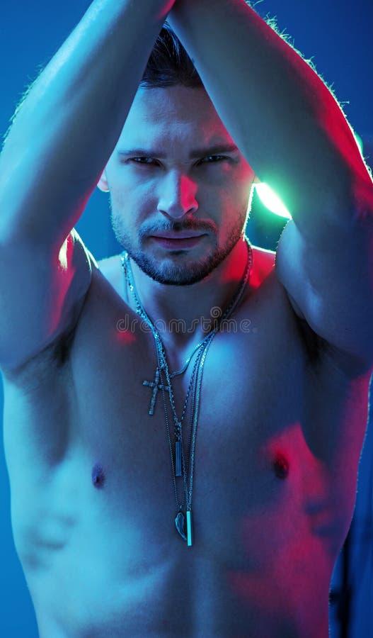 Portrait d'un homme beau et musculaire photo stock