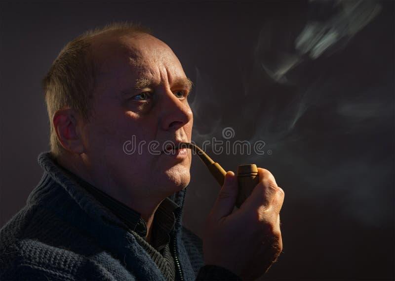 Portrait d'un homme caucasien avec le tuyau de tabac discret photos stock