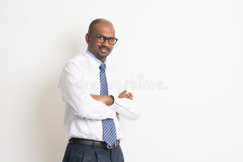 Portrait d'un homme d'affaires arabe heureux images stock