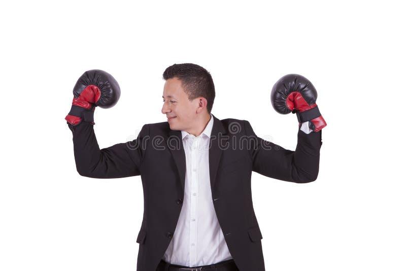 Portrait d'un homme d'affaires avec des gants de boxe fléchissant des biceps photo stock
