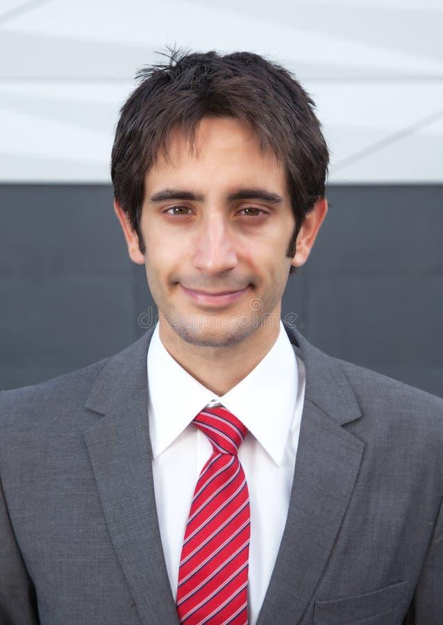 Portrait d'un homme d'affaires de sourire avec les cheveux noirs dehors photo libre de droits