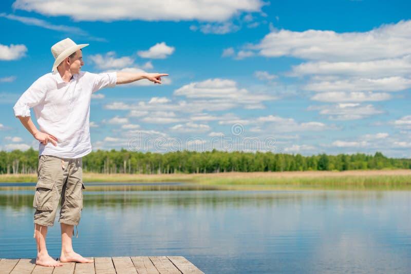 Portrait d'un homme dans intégral sur un pilier en bois, montrant son h photos stock