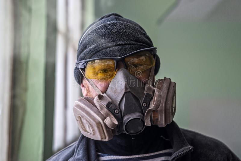 Portrait d'un homme dans un respirateur, l'espace libre photographie stock