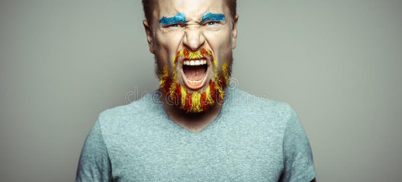 Portrait d'un homme de cri avec la barbe d'A, démêlé dans des couleurs rouges et jaunes Référendum pour la séparation de la Catal image libre de droits