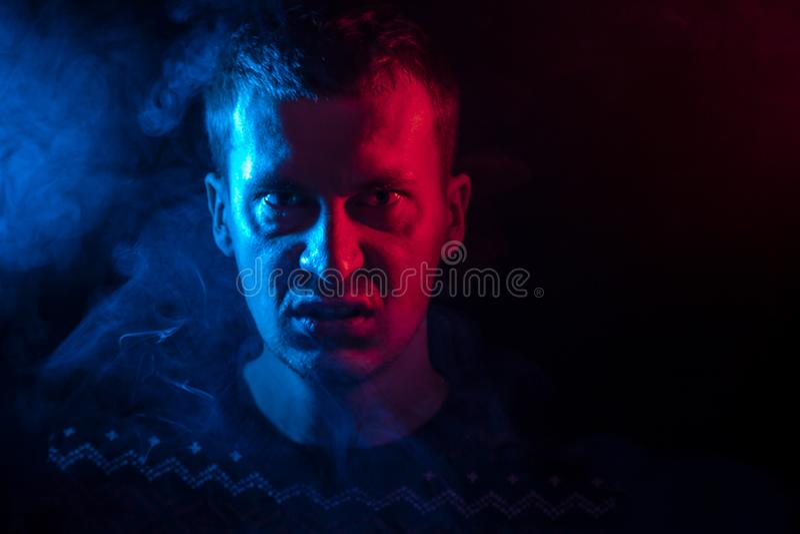 Portrait d'un homme de la gamme étroite qui est fâchée et a le mauvais emot image libre de droits