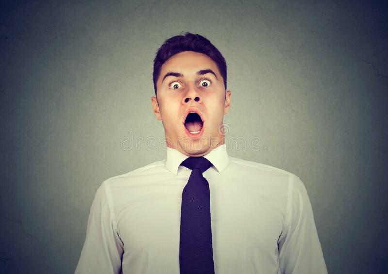 Portrait d'un homme effrayé choqué photo stock