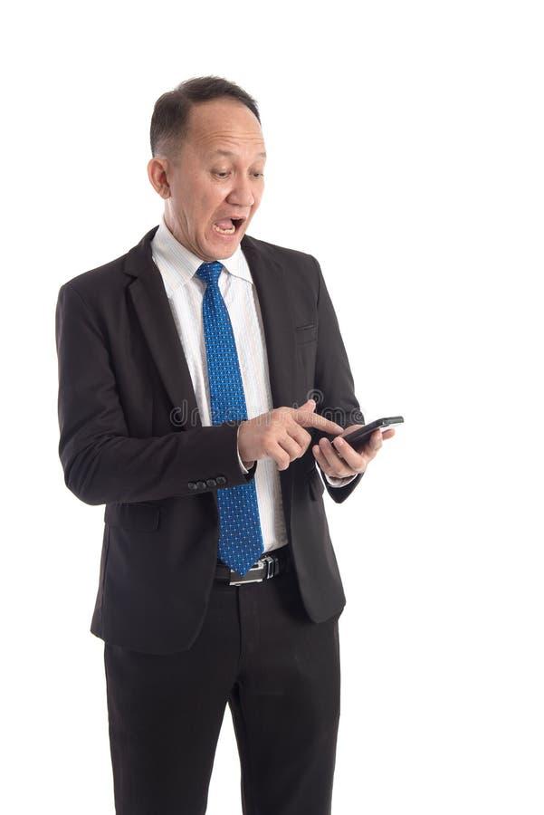 Portrait d'un homme effrayé regardant son téléphone portable photos libres de droits