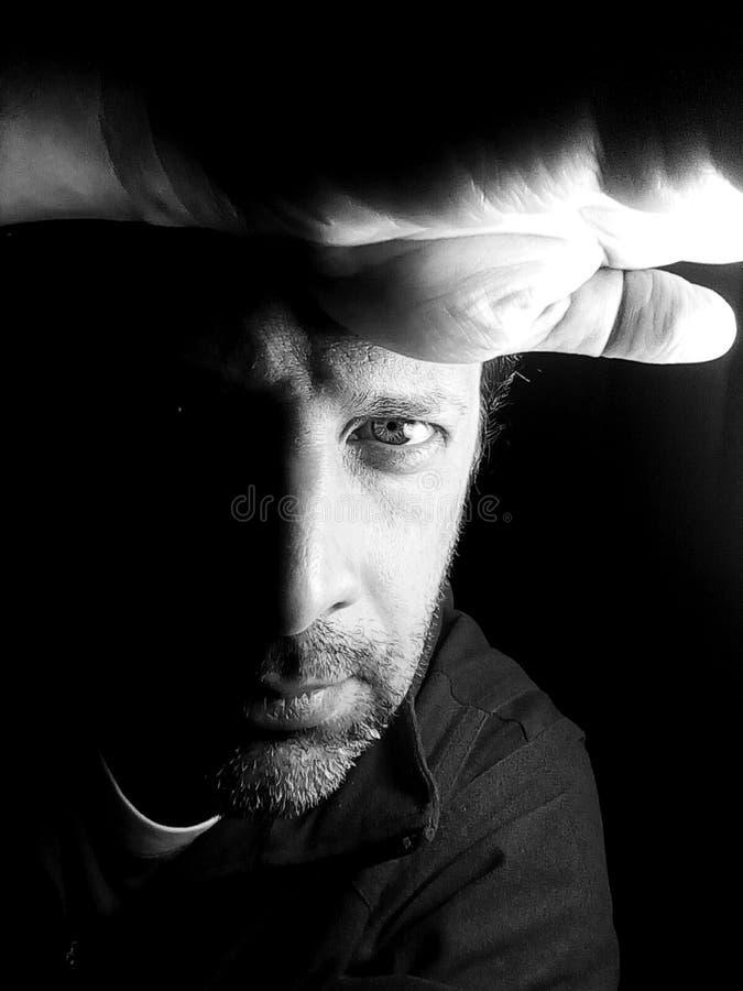 Portrait d'un homme en noir et blanc - photographie photo stock