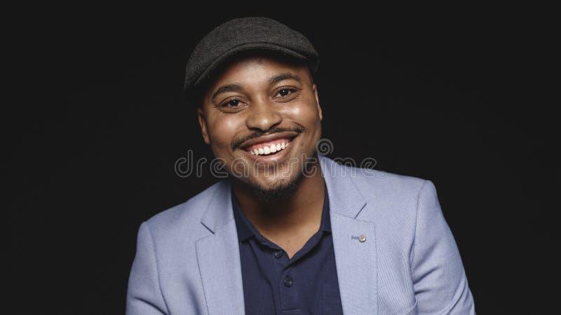 Portrait d'un homme heureux dans le chapeau photos stock