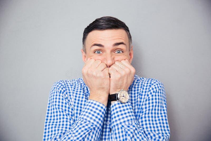 Portrait d'un homme inquiété image stock