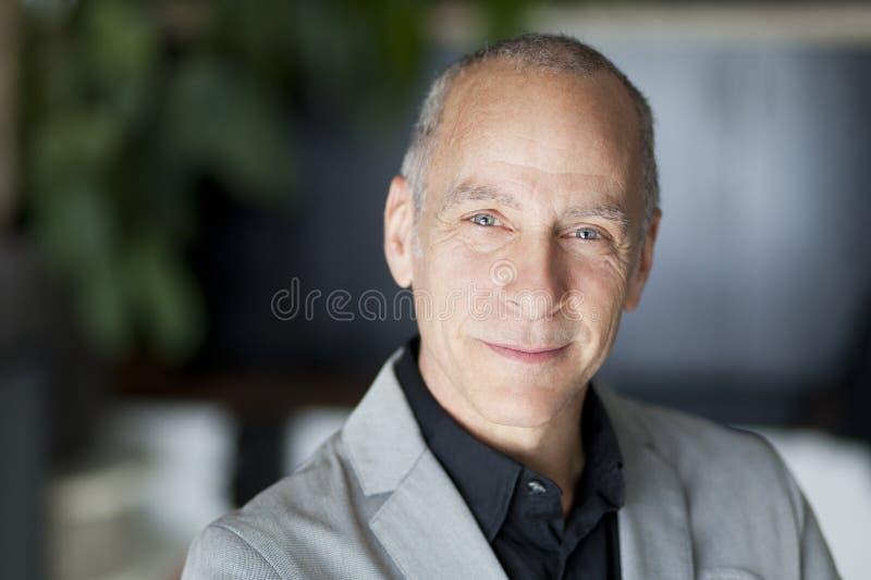 Portrait d'un homme réussi souriant à l'appareil-photo photographie stock