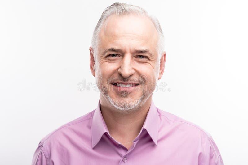 Portrait d'un homme raidi aux cheveux gris bel images stock