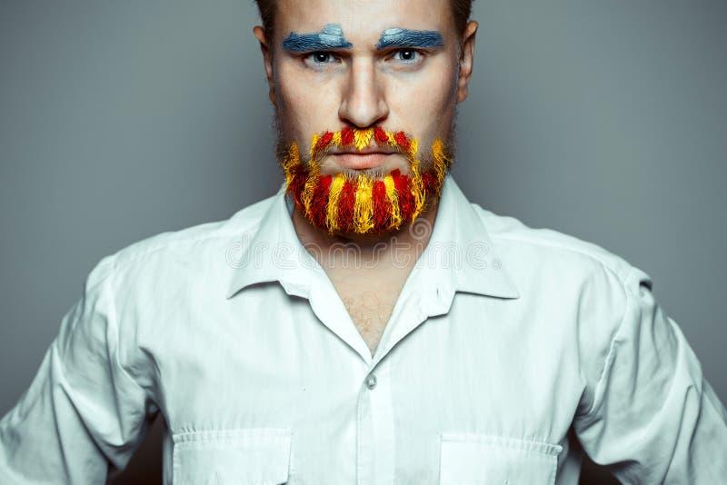 Portrait d'un homme sévère avec la barbe, démêlé en couleurs du drapeau de la Catalogne Référendum en Catalogne images stock