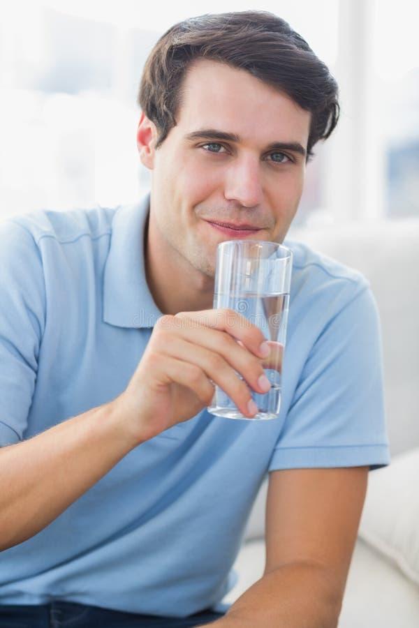 Portrait d'un homme tenant un verre de l'eau images stock