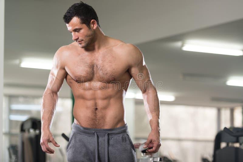 Portrait d'un homme velu musculaire physiquement adapté photo stock