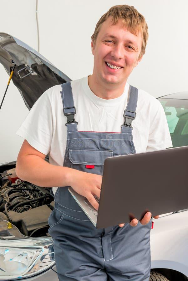 Portrait d'un ingénieur heureux avec un ordinateur portable photographie stock libre de droits