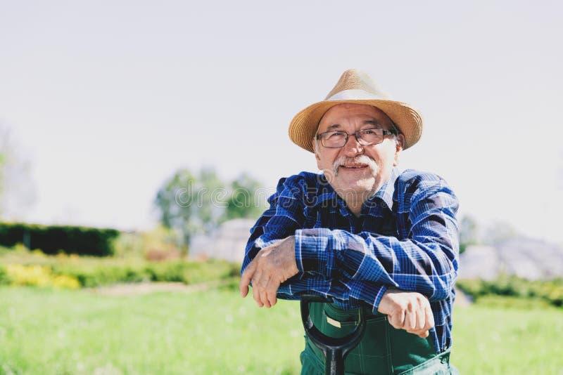 Portrait d'un jardinier supérieur se tenant dans un jardin photo libre de droits