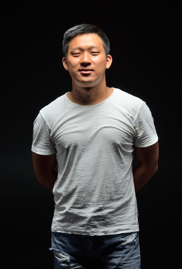 Portrait d'un jeune étudiant asiatique qui sourit photographie stock libre de droits