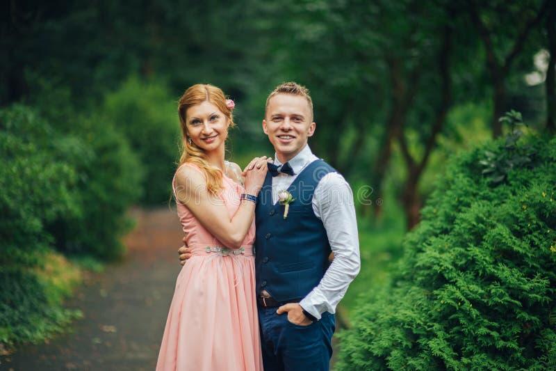 Portrait d'un jeune beau couple étreint ensemble photo stock