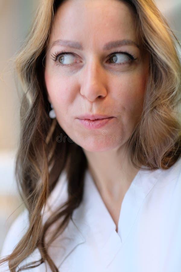 Portrait d'un jeune beau docteur féminin photo libre de droits