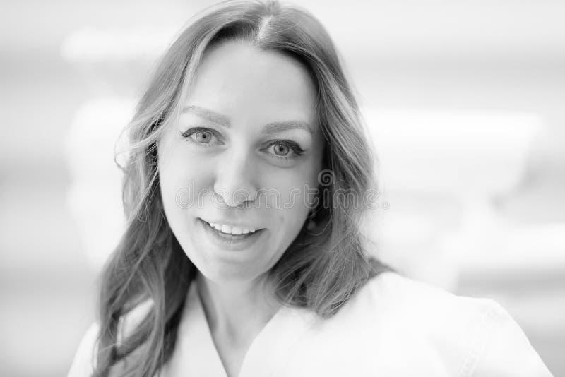 Portrait d'un jeune beau docteur féminin images libres de droits