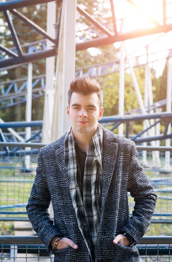 Portrait d'un jeune bel homme dans un manteau d'automne photo stock