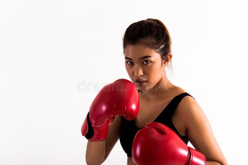 Portrait d'un jeune boxeur féminin dans une position de combat sur le fond d'isolement blanc image stock