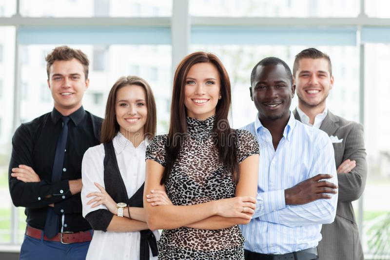 Portrait d'un jeune chef de file des affaires féminin heureux se tenant devant son équipe photos libres de droits