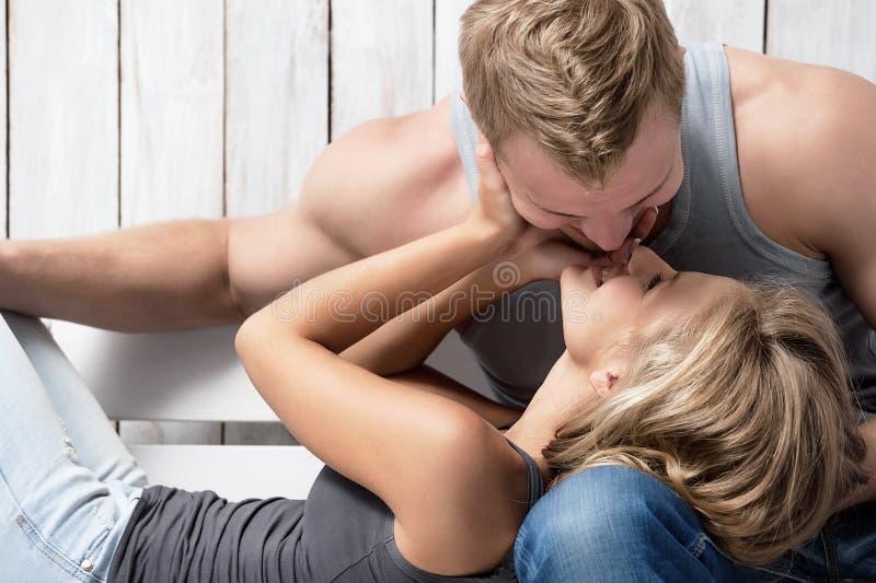 Portrait d'un jeune couple photographie stock