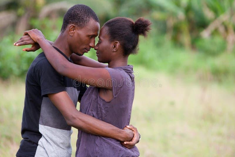 Portrait d'un jeune couple africain, dans l'amour photographie stock libre de droits