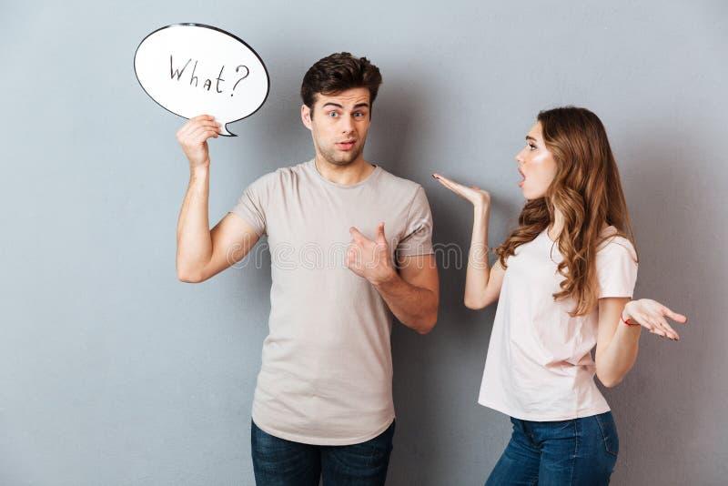 Portrait d'un jeune couple ayant un argument photographie stock