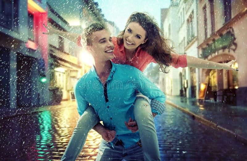 Portrait d'un jeune couple gai image libre de droits